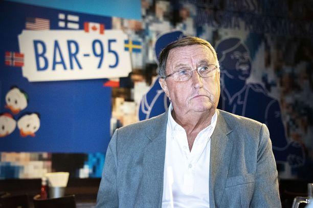 Lindström seuraa illan ottelun helsinkiläisessä ravintolassa.