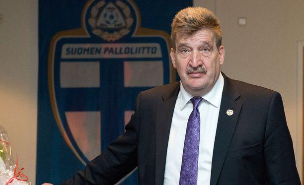 Palloliiton puheenjohtaja Pertti Alajan lisäksi valintaa ovat olleet tekemässä liiton pääsihteeri Marco Casagrande ja Jari Litmanen.
