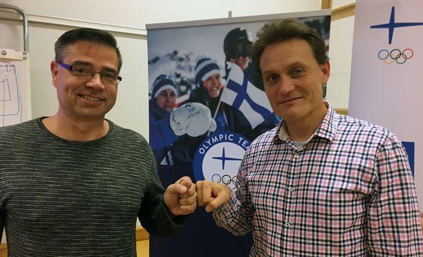 Olympiakomitean huippu-urheiluyksikön Mika Lehtimäki (vas.) ja Mika Kojonkoski muuttavat lajien tulonjakoa.