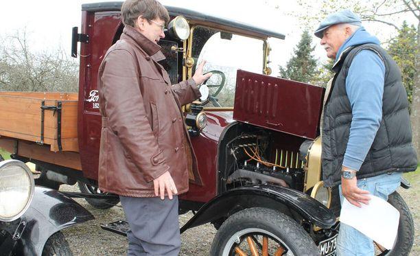 Ilpo Niemi esittelee kiinnostuneelle katsojalle vuoden 1923 Ford TT:tä, lastiautoa, joilla maan tieliikenne potkaistiin käytiin 1920-luvulla. T-Ford oli aikanaan maamme yleisin auto 1920-30 luvuilla ja se on myös yleinen harrastusauto SAHK:in ajotapahtumissa.