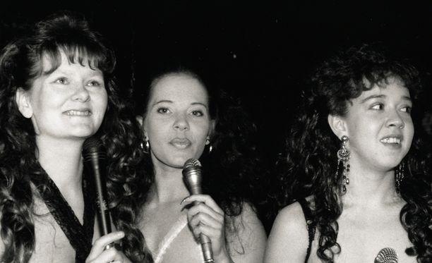 1990-luvun alun lamavuosina topless-tarjoilijoita nähtiin muun muassa Oulun Kareoke-barissa.