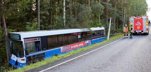 Bussi jäi onneksi ojan pohjalle pystyyn. Matkustajat pystyivät kävelemään itse ulos bussista.