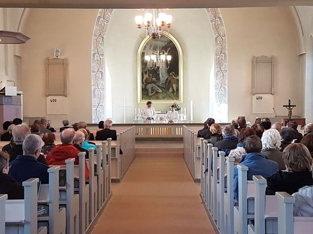 Hirvensalmen kirkko täyttyi perjantai-iltana kuntalaisista.