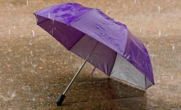 Sateenvarjot ovat tänäänkin tarpeen maan etelä- ja itäosissa.