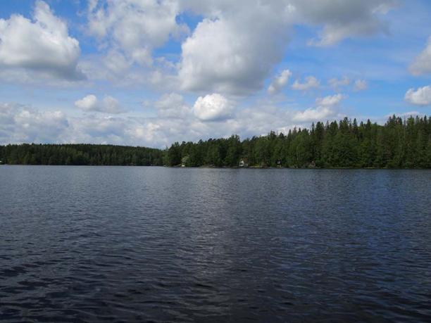 Hervantajärvi (kuvassa) sijaitsee noin kymmenen kilometrin päässä Räisäsen katoamispaikasta.