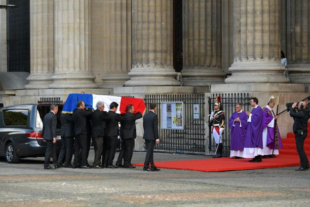 Jacques Chiracin arkku tuotiin hautajaisiin Saint-Sulpicen kirkkoon.