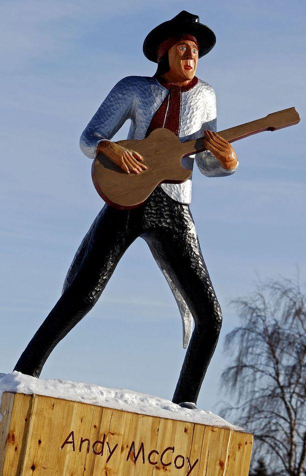 Kitarasankari Andy McCoyn alias Antti Hulkon setä Matti Hulkko veisti Andy-patsaan Pelkosenniemelle materiaalikustannuksilla, jotka koostuivat kahden tukin sydänpuusta.