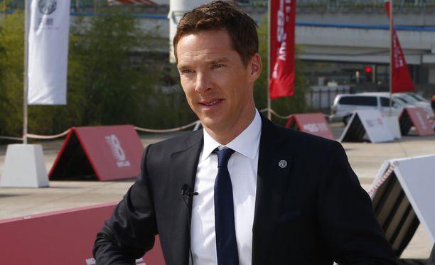 Benedict Cumberbatch on lopen kyllästynyt teatterissa kuvaaviin ihmisiin.