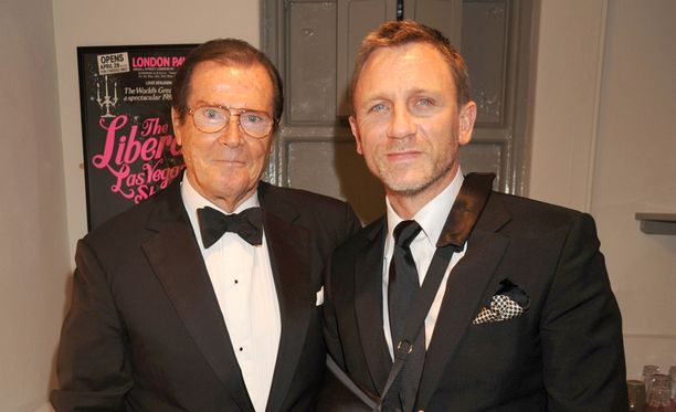 Roger Moore (vas.) ja Daniel Craig tapasivat vuonna 2008 Lontoossa.