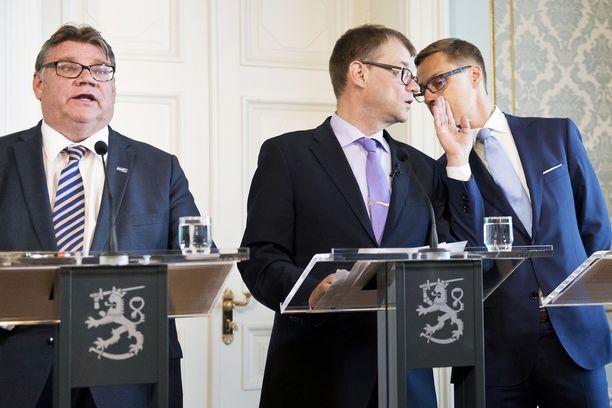 Toukokuussa 2015 keskustan puheenjohtaja Juha Sipilä (kesk.) julkisti juhlavissa tunnelmissa hallituksensa ohjelman Smolnassa yhdessä Alexander Stubbin (oik.) ja Timo Soinin kanssa. Porvariyhteistyö maistui neljä vuotta sitten keskustalaisille, mutta seuraavien eduskuntavaalien jälkeen keskustan kenttäväki haluaa hallitukseen SDP:n kanssa.