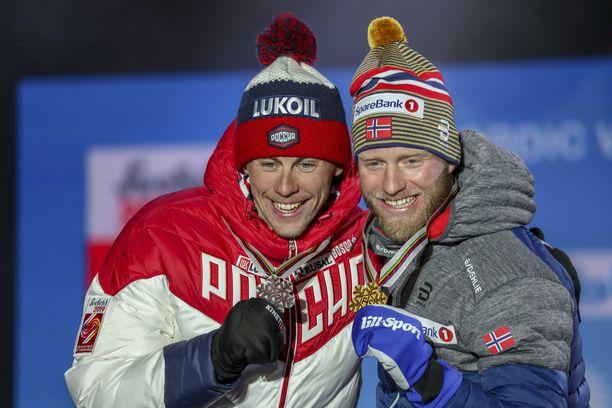 Aleksandr Bessmertnyh (vasemmalla) juhli 15 kilometrin MM-hopeaa kaksi vuotta sitten.