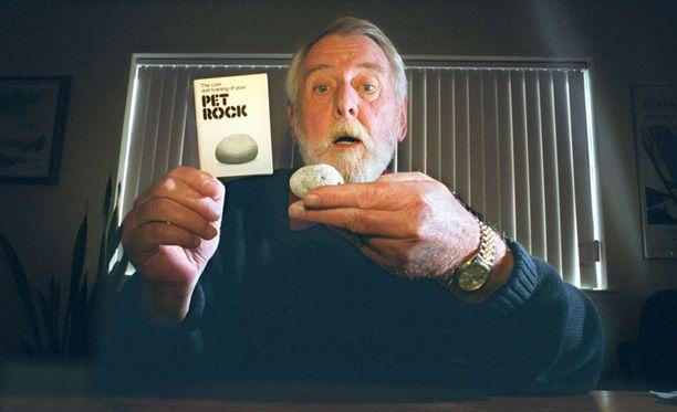 HELPOIN LEMMIKKI Tässä on Gary Dahl, mies joka keksi lemmikkikiven, eli pahviseen lemmikkilaatikkoon pakatun murikan jonka mukana tuli nokkela ohjekirja. 24 vuotta sitten hän myi amerikkalaisille 2 miljoonaa lemmikkikiveä viidessä kuukaudessa. Nykyisin mies omistaa oman mainostoimiston San Josessa.