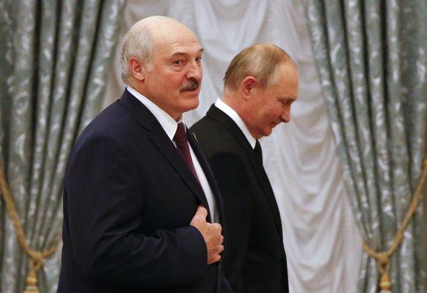 Valko-Venäjän presidentti Aljaksandr Lukašenka (vas.) ja Venäjän presidentti Vladimir Putin (oik.) pyrkivät näyttämään yhtenäisiltä länttä vastaan, vaikka heidän välinen suhteensa on ollut ailahteleva.