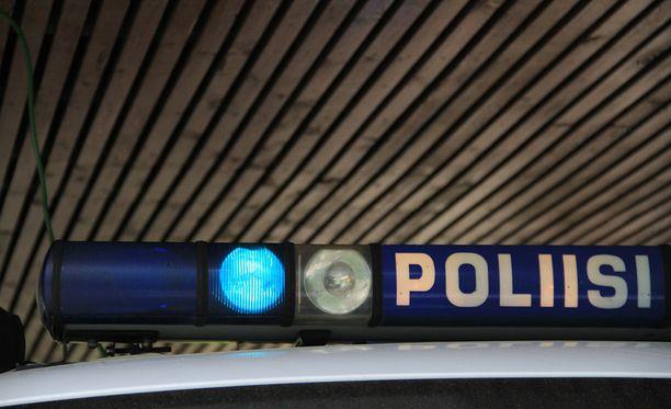 Mies kertoi poliiseille olleensa radalla ampumassa lasten nukkuessa autossa.