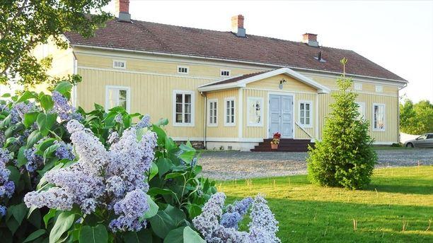 Laitilassa sijaitsevan Kaukolan kartanon päärakennus on rakennettu 1825-26, mutta kartanon historia tunnetaan 1300-luvulle asti.