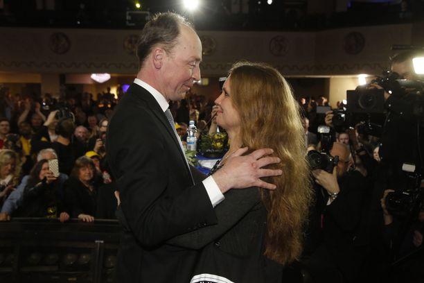 Voiton julistamisen jälkeen Halla-aho sai onnitteluhalauksen ja suudelman vaimoltaan Hillalta.