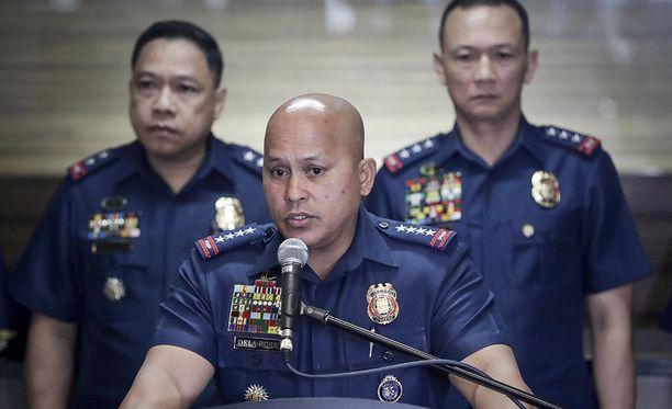 Filippiinien kansallisen poliisin päällikkö Ronald Dela Rosa pitää tiedotustilaisuutta saksalaispanttivangin tilanteesta.