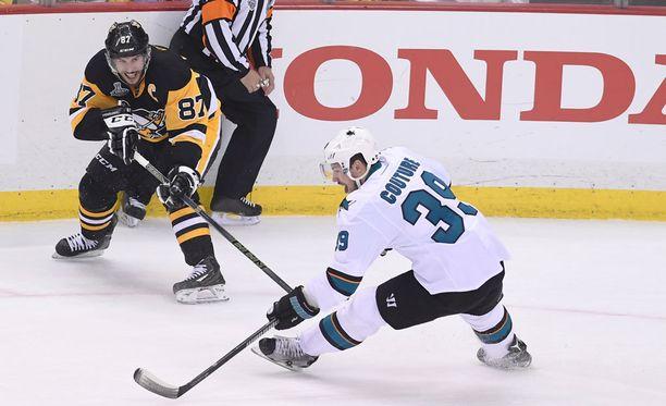 Sidney Crosbyn (vas.) pelityylistä on turha russuttaa, sanoo Kerry Fraser.