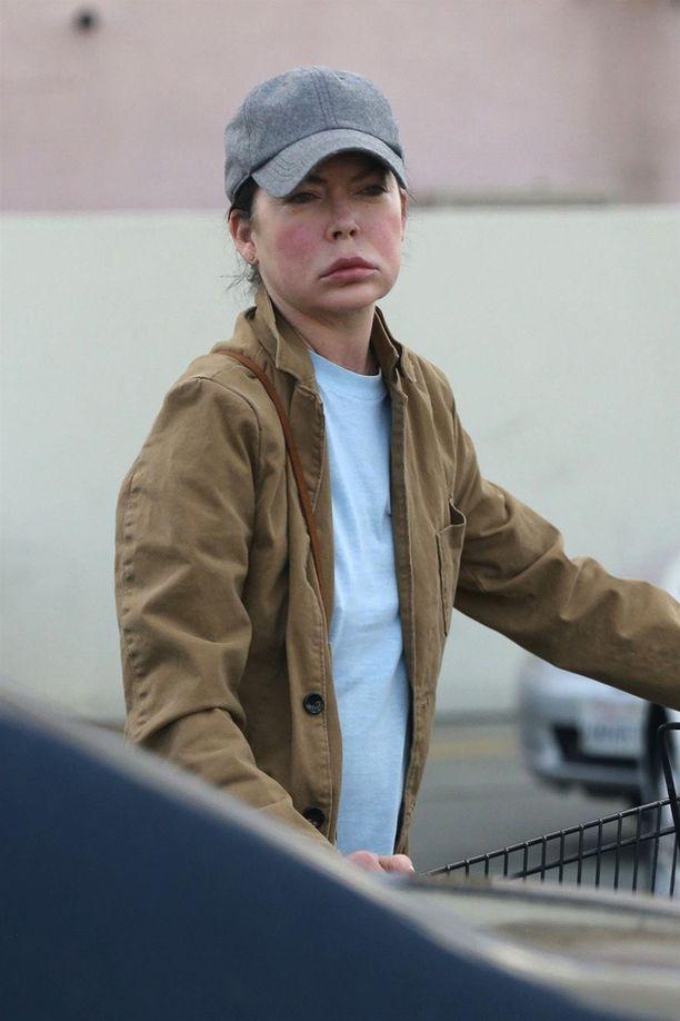 Lara vaikutti erittäin väsyneeltä ostosreissunsa jälkeen.