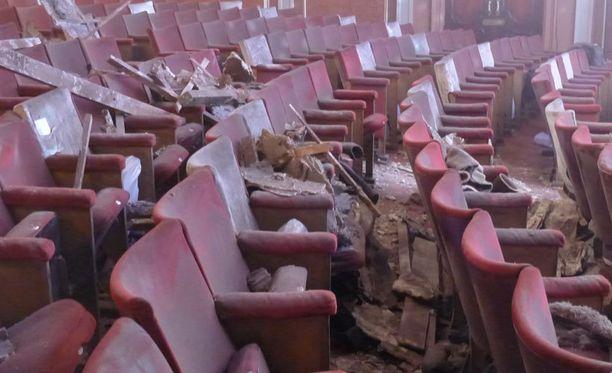 Katon osia alkoi putoilla ympäri teatteria.