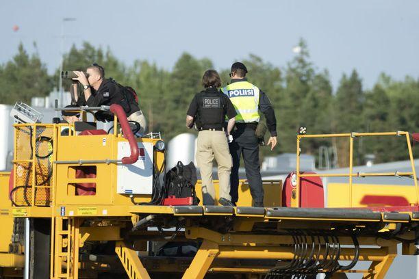 Tällaisilla korokkeilla nähtiin myös armeijan tarkka-ampujia. Kuvassa korokkeella seisoo poliiseja.