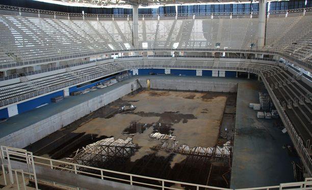 Aivan heti ei uskoisi, että tällä stadionilla järjestettiin vielä alle vuosi sitten olympialaisten uintikilpailut.