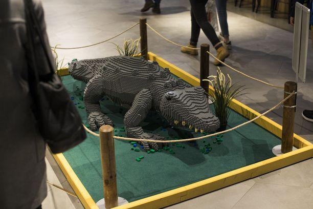 Kauppakeskuksia kiertää monen muun hahmon joukossa kookas krokotiili.
