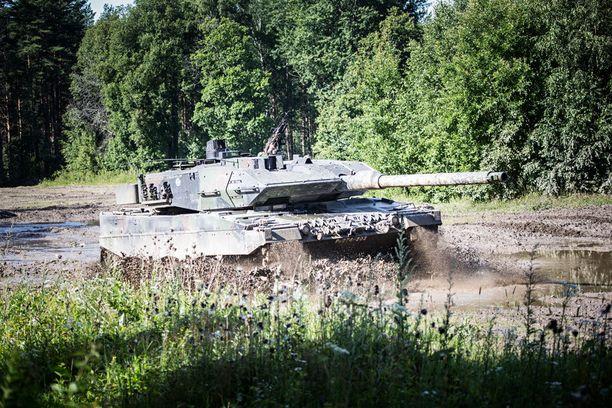 Suomi hankki Hollannista tukun käytettyjä Leopard-panssarivaunuja.
