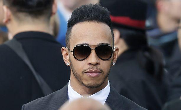 Lewis Hamiltonilla on ollut aikaa tutustua myös Louis Vuitton muotitalon tuotoksiin.