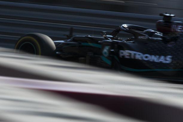 Lewis Hamilton johtaa MM-sarjaa.