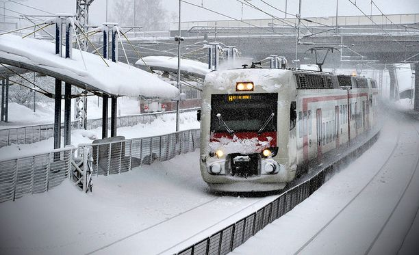 Talvisää hankaloittaa junaliikennettä.