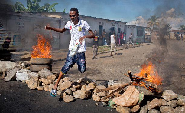 Burundin pääkaupunki Bujumburassa rakennettiin barrikadeja poliisin ja asukkaiden välille eilen torstaina.