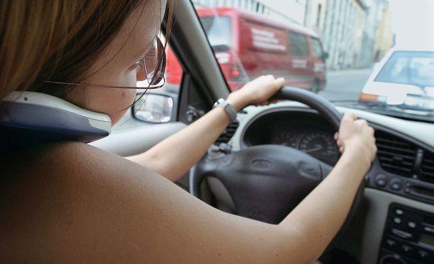 Kännykän käyttö autoa ajaessa on kielletty useimmissa EU-maissa, myös Saksassa. (Kuvituskuva)