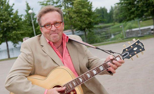 Joel Hallikainen muistetaan Tuttu juttu -ohjelmasta 1990-luvun alusta. Samoihin aikoihin Kuurankukka soi taajaan radioaalloilla.
