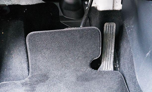Koeajoauton poljinrivistö näytti tältä. Kevyesti painettuna mattoa ei välttämättä huomaa, mutta äkillisessä tilanteessa se estää tehokkaan jarrutuksen.