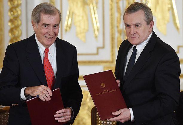 Säätiön puheenjohtaja Adam Karol Czartoryski (vas.) sopi kaupasta Puolan kulttuuriministerin Piotr Glinskin kanssa.