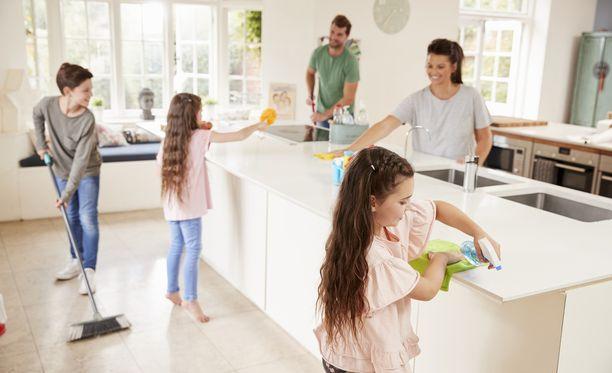 Joulusiivous sujuu joutuisasti, kun koko perhe osallistuu kotitöihin.