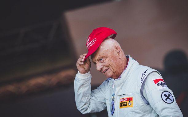 Niki Lauda nosti tavaramerkkilippistään Itävallan GP:ssä viime kesänä.