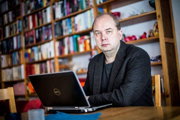 Tutkija Petri Koikkalainen Lapin yliopistosta pitää perussuomalaisille parhaana vaihtoehtona odottaa ja katsoa, miten tilanne kehittyy.