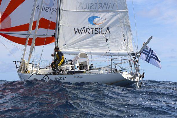 Tapio Lehtinen purjehti 11-metrisen Asteria-veneensä maaliin Ranskan länsirannikolle sunnuntaina.