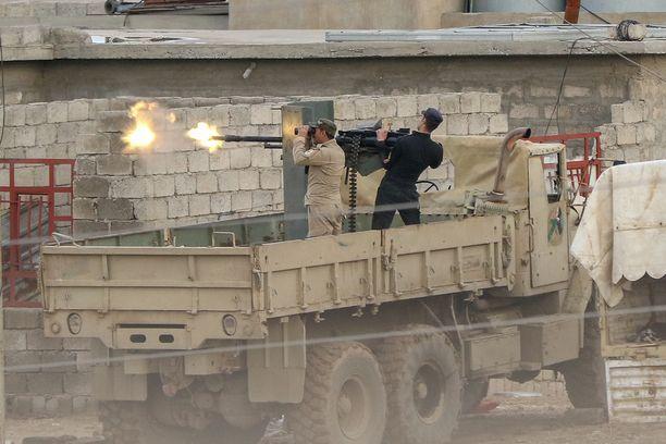 Irakin armeija ampui Isisin joukkoja kohti lähellä Al Tarabia Irakissa maaliskuussa.