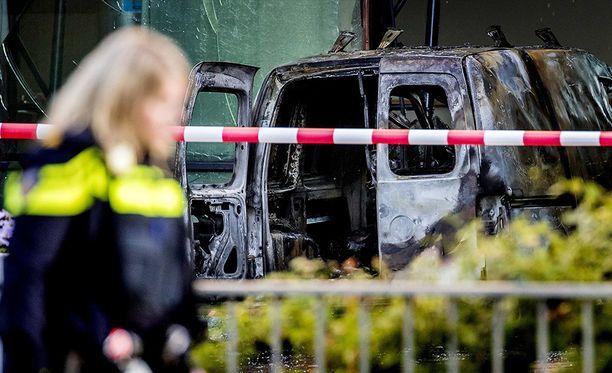 Amsterdamissa sijaitsevan alankomaalaislehden toimitukseen ajettiin pakettiautolla maanantain ja tiistain välisenä yönä.