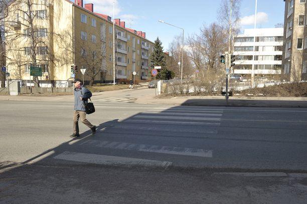 Nainen jäi auton alle ylittäessään suojatietä. Auto oli kääntymässä Gyldénintieltä Lauttasaarentielle. (Kuvan henkilö ei liity tapahtumiin.)