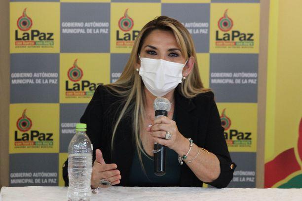 Bolivian väliaikainen presidentti Jeanine Añez tiedotustilaisuudessa 16. huhtikuuta.
