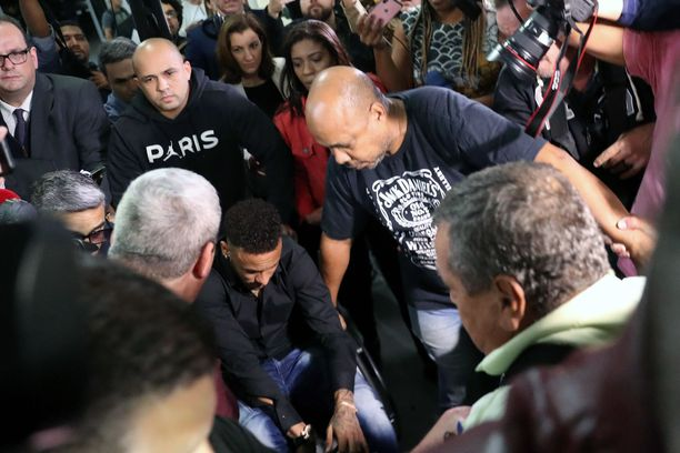 Kuvassa Neymar saapuu poliisiasemalle antamaan lausuntoaan Rio de Janeirossa 6.6.2019.