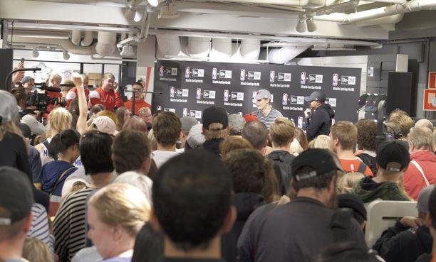 Tunnelma oli tiivis - kaikki halusivat päästä tapaamaan Lauri Markkasta.