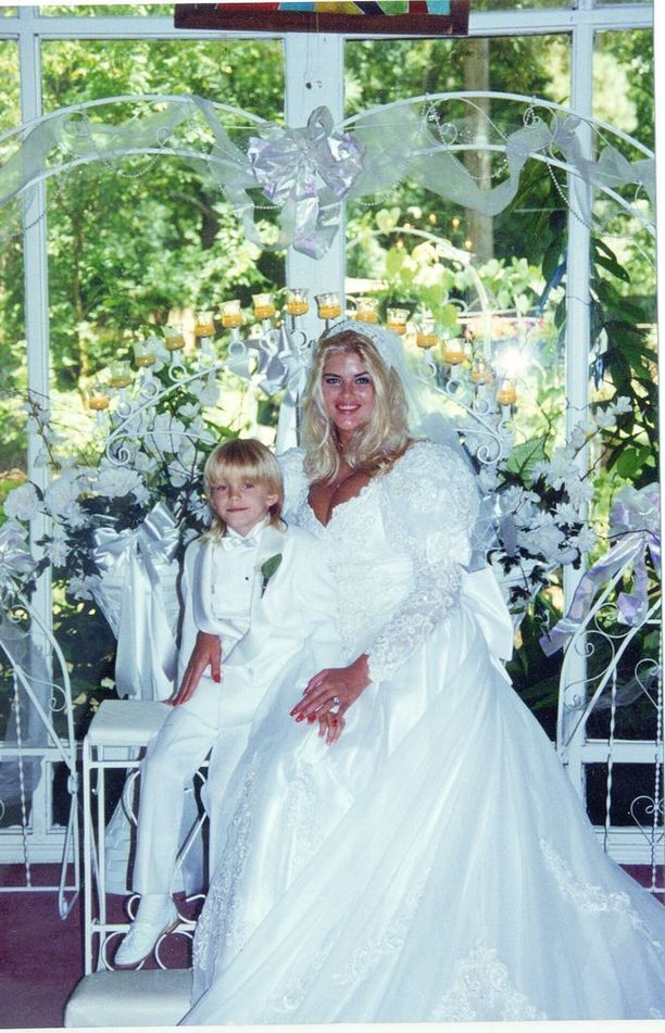 Anna Nicole ja poikansa Daniel hääpäivänä vuonna 1994.