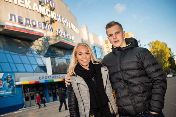 Tyttöystävä Tatja Holm on vierailemassa Teemu Erosen luona Nizhnekamskissa.
