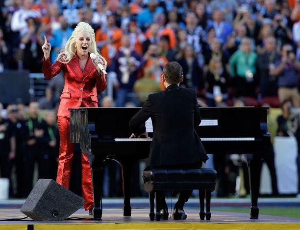 Gaga luotti hillittyyn tyyliin kansallishymnin aikana.