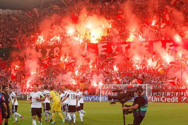 Legia Warsawin kannattajat järjestivät komean protestin.